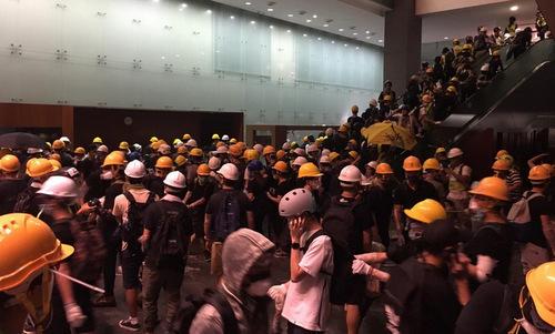 Người biểu tình bên trong tòa nhà Hội đồng Lập pháp Hong Kong. Ảnh: SCMP.