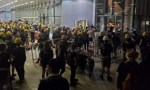 Người biểu tình dựng rào chắn bên ngoài tòa nhà. Ảnh:SCMP.
