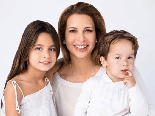 Bà Haya và hai con. Ảnh: Emirates Woman