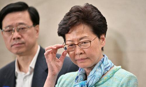 Bà Carrie Lam (phải) trong cuộc họp báo ở trụ sở cảnh sát Hong Kong sáng nay. Ảnh: AFP.