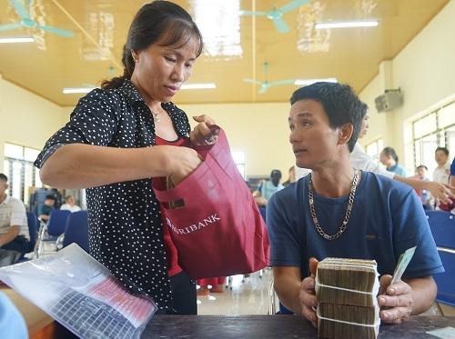 Một số người dân nhận tiền đền bù tại xã Nam Sơn. Ảnh: Gia Chính