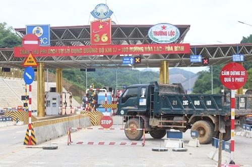 Người dân dùng xe ôtô chặn trạm BOT Hòa Lạc. Ảnh: Gia Chính