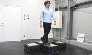 Robot gạch lát tự động xếp dưới chân người
