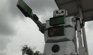 Robot cảnh sát cao 2,5 m điều tiết giao thông tại Congo