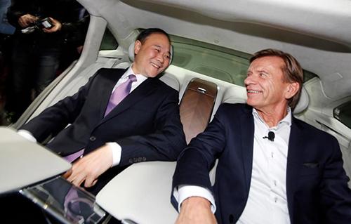 Tỷ phú Li Shufi (trái) và CEO Volvo Hakan Suelsson trong lễ ra mắt chiếc S90 ở Thượng Hải năm 2016.