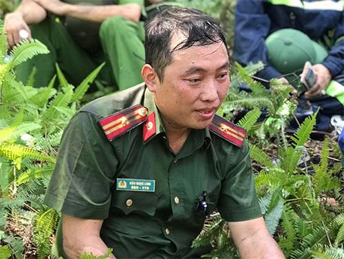 Thiếu tá Linh ướt sũng người khi tham gia chữa cháy. Ảnh: Đức Hùng