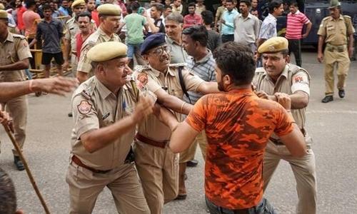 Cảnh sát đụng độ với người biểu tình ở Jaipur hôm 2/7. Ảnh: The Hindu.