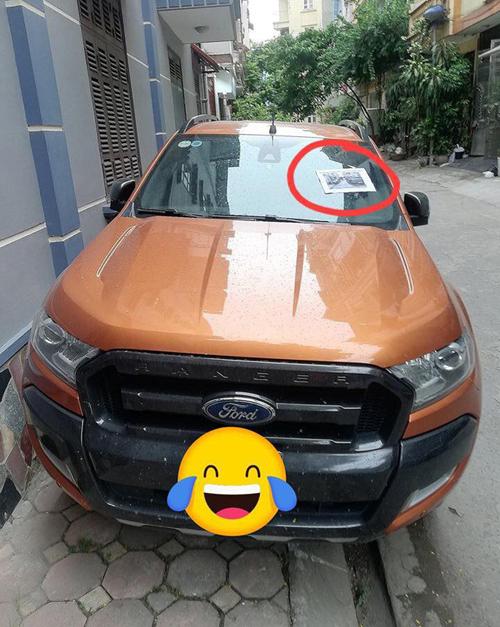 Tờ giấy được dán trên kính trước xe ôtô.