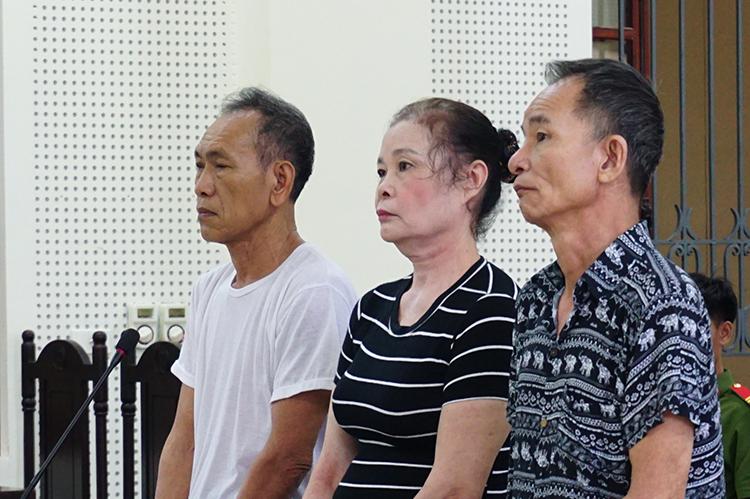 Nhóm bị cáo tại tòa.