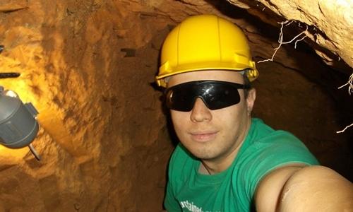 Daniel Beckwitt chụp ảnh trong đường hầm dưới căn nhà ở Bethesda năm 2016. Ảnh: Washington Post.