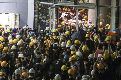 Người biểu tình phá cửa xông vào trụ sở Hội đồng Lập pháp tối 1/7. Ảnh: SCMP.