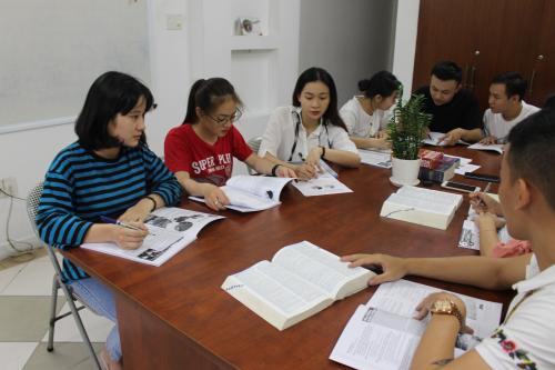 Lớp IELTS tại SHEC chú trọng kỹ năng giao tiếp, thường chia thành nhóm nhỏ 8-10 học viên.