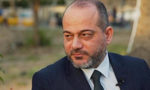 Tiến sĩ al-Bayati nói về nạn buôn bán người ở Iraq trên ghế đá ven sông Tigir. Ảnh: CNN.