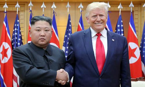 Lãnh đạo Triều Tiên Kim Jong-un, phải, gặp Tổng thống Mỹ Trump tại DMZ ngày 30/6. Ảnh: AFP.