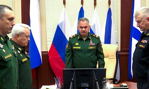 Bộ trưởng Quốc phòng Nga Sergei Shoigu (giữa) và các sĩ quan cấp cao tưởng niệm những người thiệt mạng trong vụ cháy tàu ngầm. Ảnh: TASS.