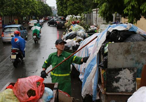 Nhiiều khu vực nội thành Hà Nội ùn ứ rác vì bãi rác Nam Sơn bị chặn xe. Ảnh: Tất Định