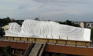 Tượng Phật nằm trên mái chùa dài nhất Châu Á ở Bình Dương