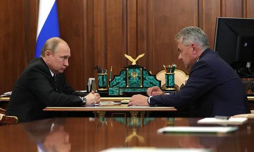 Tổng thống Putin (trái) nghe báo cáo của Bộ trưởng Shoigu hôm 4/7. Ảnh: Kremlin.
