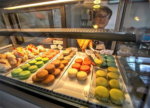 Sonny Nguyễn lấy bánh ngọt ở quán 7 Leaves,thành phố Garden Grove, quận Cam. Ảnh: LA Times