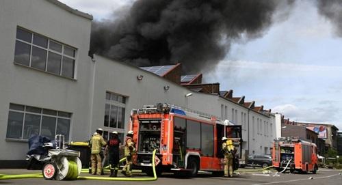 Lực lượng cứu hỏa làm việc tại hiện trường để kiểm soát đám cháy ở chợ Đồng Xuân tại Berlin hôm nay. Ảnh: Reuters.