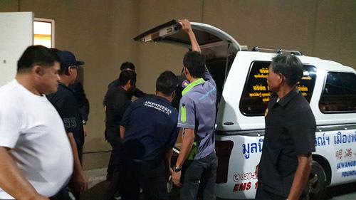 Thi thể nạn nhân được đưa lên xe cứu thương để chuyển tới bệnh viện địa phương tại Pattaya, Thái Lan tối 2/7. Ảnh: Sun.