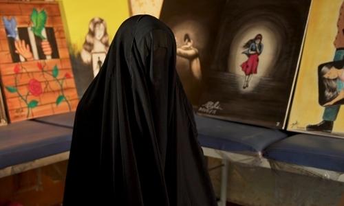 Ahlam kểchuyện bị anh trai gả cho tay súng IS, sau đó trốn thoát và bị lừa bán vào nhà chứa ở Baghdad. Ảnh: CNN.
