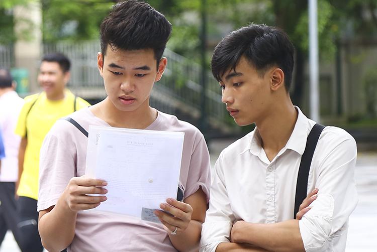 Thí sinh dự thi THPT quốc gia năm 2019 tại điểm thi THCS Nghĩa Tân (Hà Nội). Ảnh: Dương Tâm