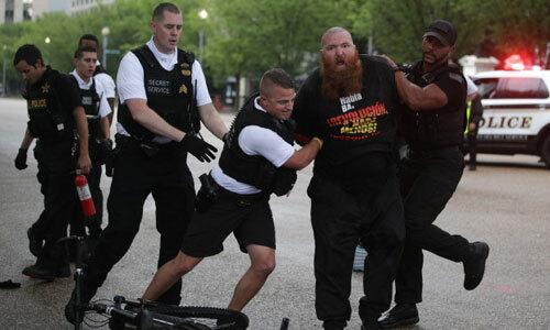 Cơ quan Mật vụ Mỹ can thiệp khi người biểu tình đốt cờ bên ngoài Nhà Trắng hôm 4/7. Ảnh: CNN.