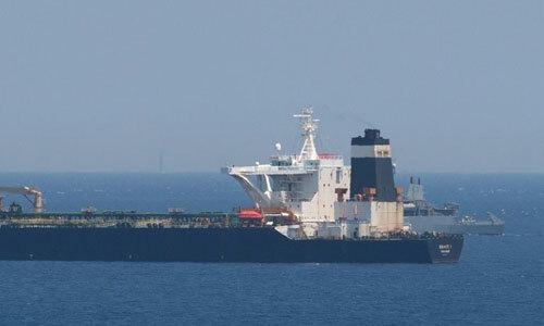 Tàu dầu Grace 1 khi bị tàu chiến Anh bắt giữ hôm 4/7. Ảnh: AFP.