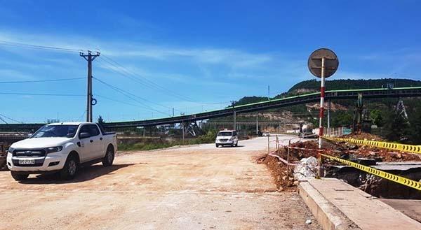 Một phần đầu cầu Yên Hoà đã được xử lý lu lèn cho thông tuyến trở lại. Ảnh: Lê Hoàng.