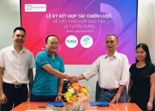 Ông Trần Đức Nghĩa – CEO 3S (thứ hai từ bên trái) và ông Nguyễn Thành Nam – Founder FUNiX bắt tay tại lễ ký kết hợp tác chiến lược.