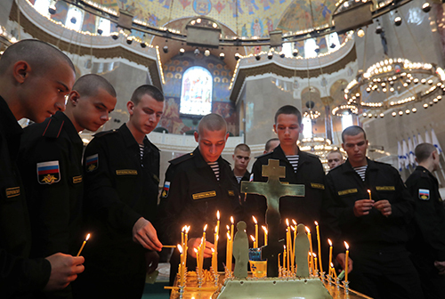 [Russian servicemen attend a memorial service for sailors killed in a Russian submarine, which caught fire in the area of the Barents Sea, at the Naval Cathedral of Saint Nicholas in Kronstadt, Russia July 4, 2019. REUTERS/Anton Vaganov