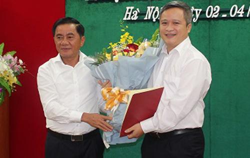 Chủ nhiệm Uỷ ban Kiểm tra Trung ươngTrần Cẩm Tú (trái) trao Quyết định và tặng hoa chúc mừng ông Trần Tiến Hưng. Ảnh: UBKTTW