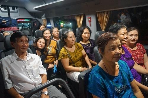 Người dân Thủ Thiêm trên xe ôtô rời Hà Nội. Ảnh: Gia Chính