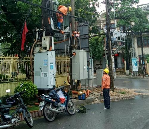 Công nhân Công ty Điện lực Quảng Ninh đang kiểm tra và khắc phục sự cố do mưa bão.