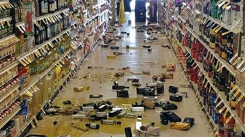 Hàng hóa bị đổ trong một siêu thị ở California sau trận động đất ngày 4/7. Ảnh: USA Today.