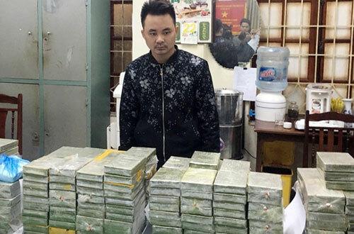 Trần Văn Thành cùng số heroin khi bị bắt giữ.