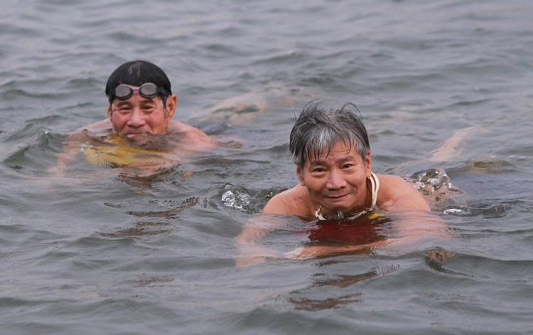 Người dân Huế (Thừa Thiên Huế) ra sông Hương bơi giải nhiệt ngày nắng nóng. Ảnh: Võ Thạnh