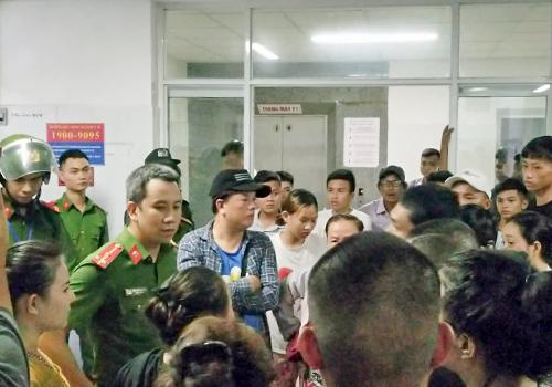 Công an có mặt vãn hồi trật tự tại Bệnh viện Đà Nẵng tối 4/7. Ảnh: Đ.X.