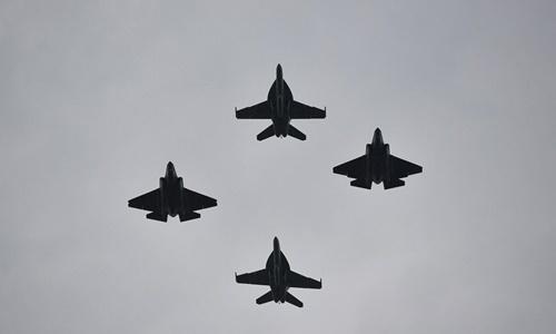 Các chiến đấu cơ Mỹ biểu diễn trong buổi lễ. Ảnh: Reuters.