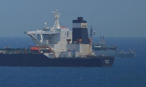 Một tàu tuần tra Anh (phía sau) giám sát tàu dầu MT Grace 1 của Iran trên vùng biển của Gibraltar hôm 4/7. Ảnh: Reuters.