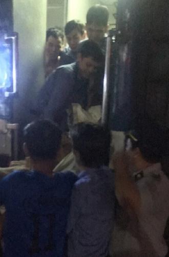 Tổ tàu đưa sản phụ và em bé xuống ga để cấp cứu tại bệnh viện. Ảnh: Xuân Hoa.