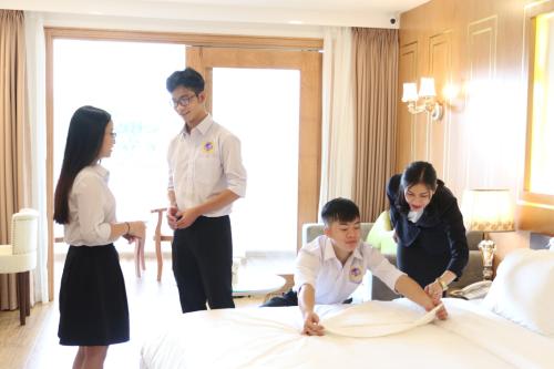 Sinh viên chuyên ngành Quản trị nhà hàng - khách sạn SIU thực hành ở phòng thực tập khách sạn của trường.