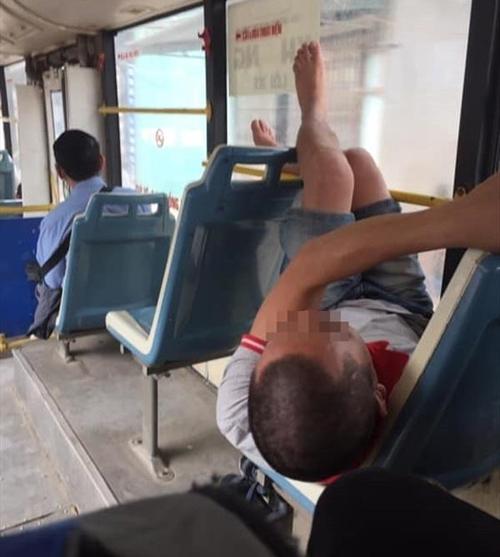 Xe buýt công cộng chứ đâu phải xe giường nằm.