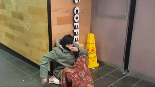 Một người ăn xin tại một góc phố ở trung tâm thành phố Melbourne, Australia. Ảnh: Reddit.