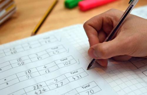 Thí sinh làm bài thi Toán trong kỳ thi tú tài. Ảnh: Typical student