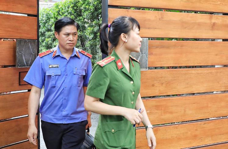 Lực lượng chức năng khám nhà và nơi làm việc của ông Lê Tấn Hùng tại quận 3. Ảnh: Hữu Khoa.