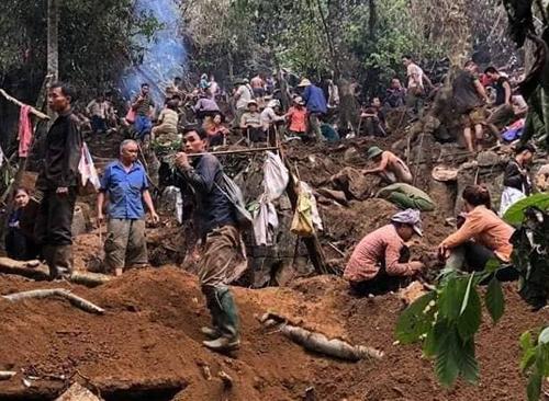 Người dân huyện Lục Yên lên rừng đào bới tìm đá quý. Ảnh: H.K.