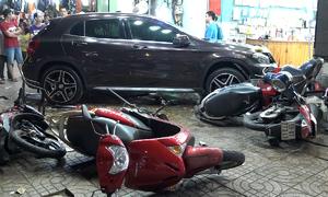 Nữ tài xế lái Mercedes tông hàng loạt xe máy ở Sài Gòn
