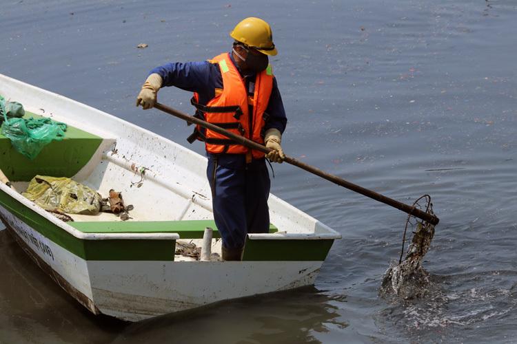 Công nhân môi trường vớt rác trên sông Tô Lịch. Ảnh: Võ Hải.